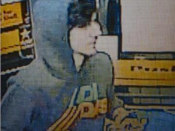 Grabación de una cámara de seguridad de quien parece ser Dzhokhar Tsarnaev
