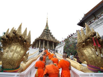 Monjes budistas caminan hacia el templo Phra Phutthabat.