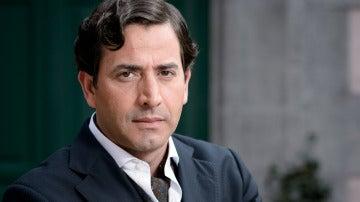 Antonio Garrido es Augusto Lloveras