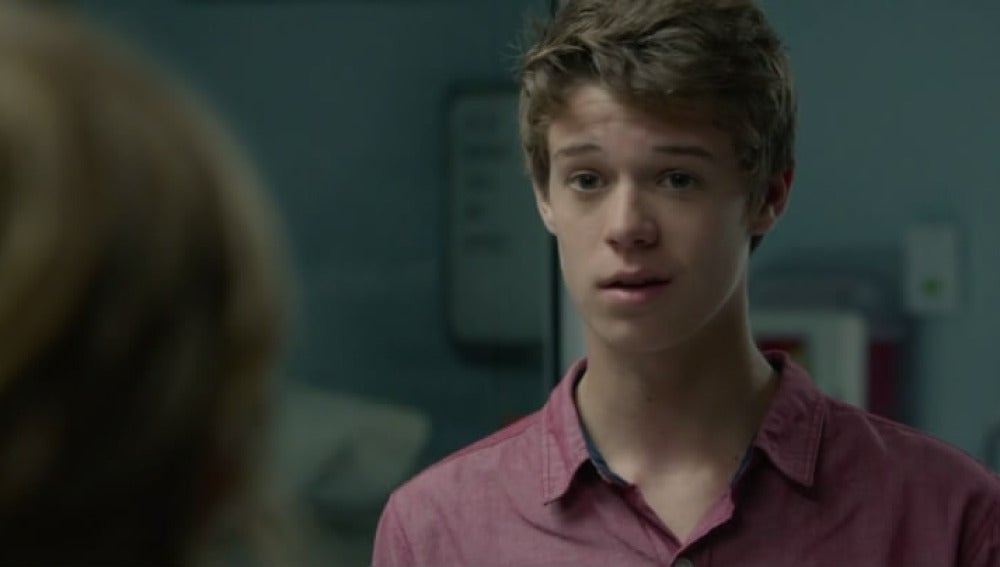 Colin Ford es Joe McAlister
