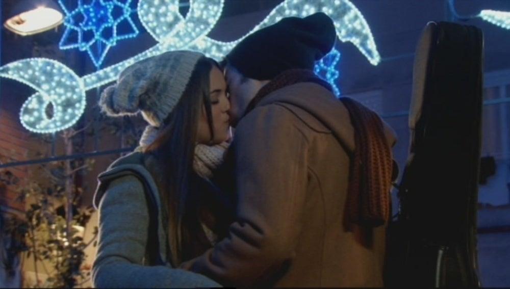 Carlos y Paula se besan