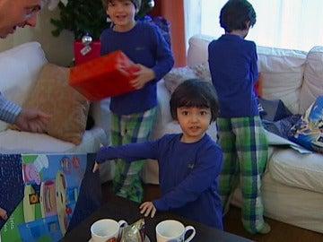 Niños abriendo regalos de Reyes
