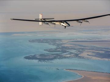El avión Solar Impulse II durante un vuelo de prueba en Abu Dabi