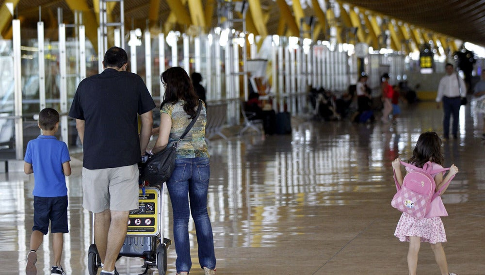 Varios viajeros en el aeropuerto Adolfo Suárez Madrid-Barajas
