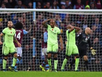 Los jugadores del Manchester City se lamentan tras una ocasión frente al Aston Villa