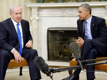 El primer ministro israelí, Benjamin Netanyahu, conversa con el presidente estadounidense, Barack Obama