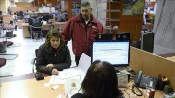 Una mujer es atendida en una oficina de la Seguridad Social