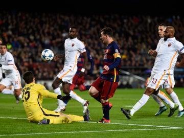 Messi pica el balón ante la Roma para lograr el segundo gol del partido