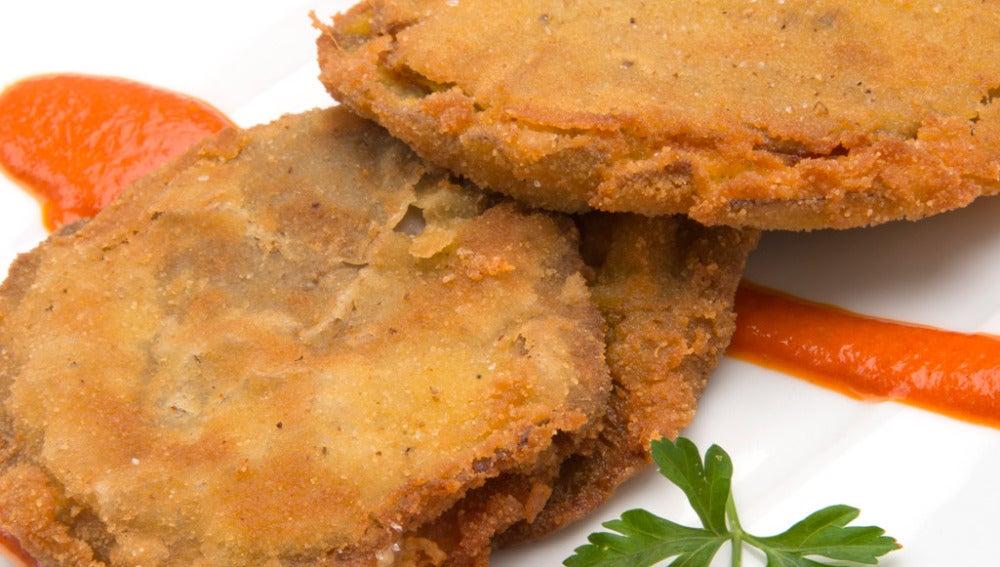San jacobos de setas, jamón y queso con salsa de piquillos