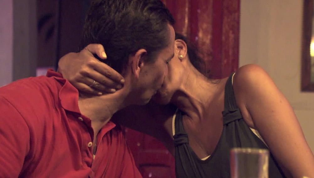 Beso entre Mónica y Pedro en 'Casados a primera vista'