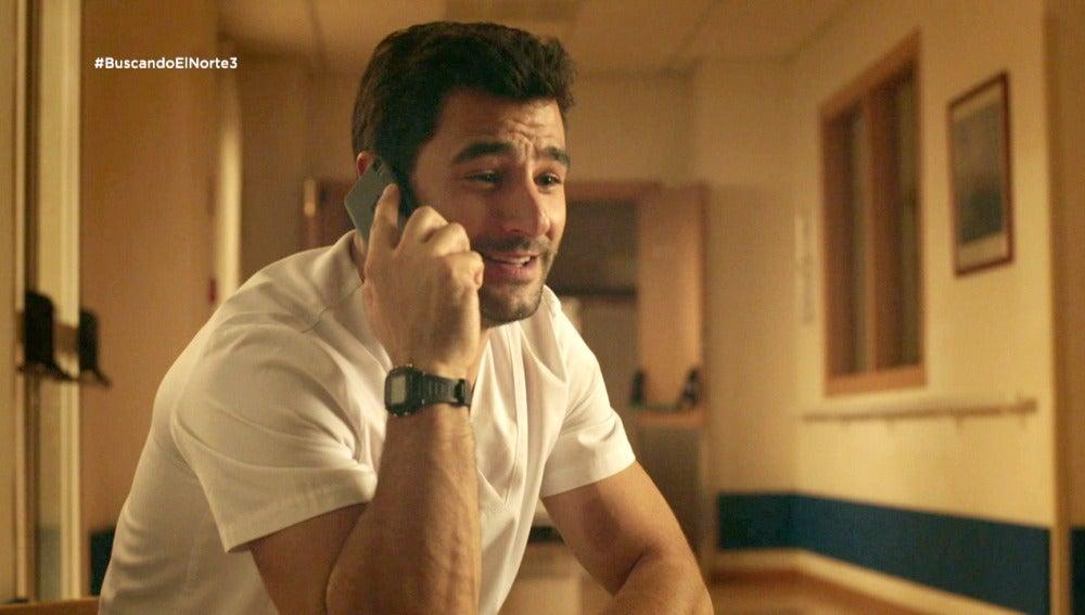 Álex llama a Manuela y lo lee Arturo