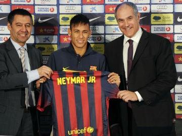 Zubizarreta posa junto a Neymar y Bartomeu