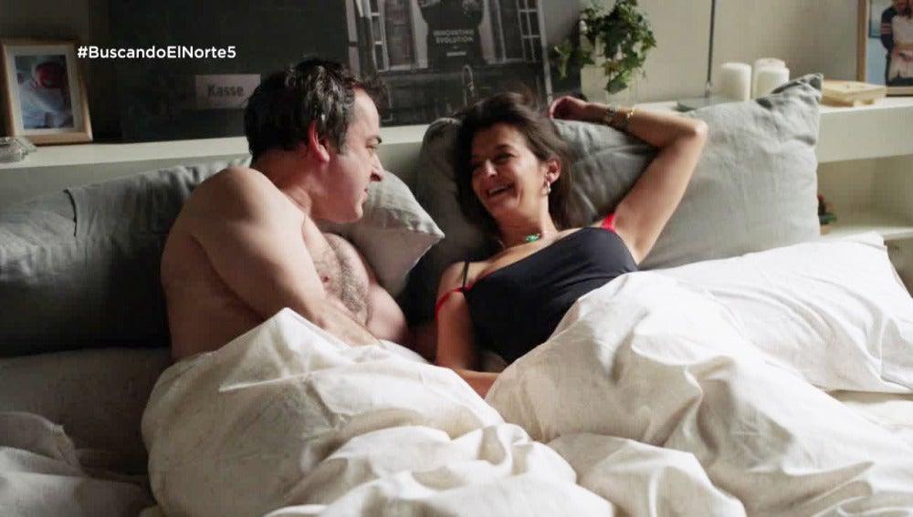 Jaime y Chus en la cama de Flor y Lucas