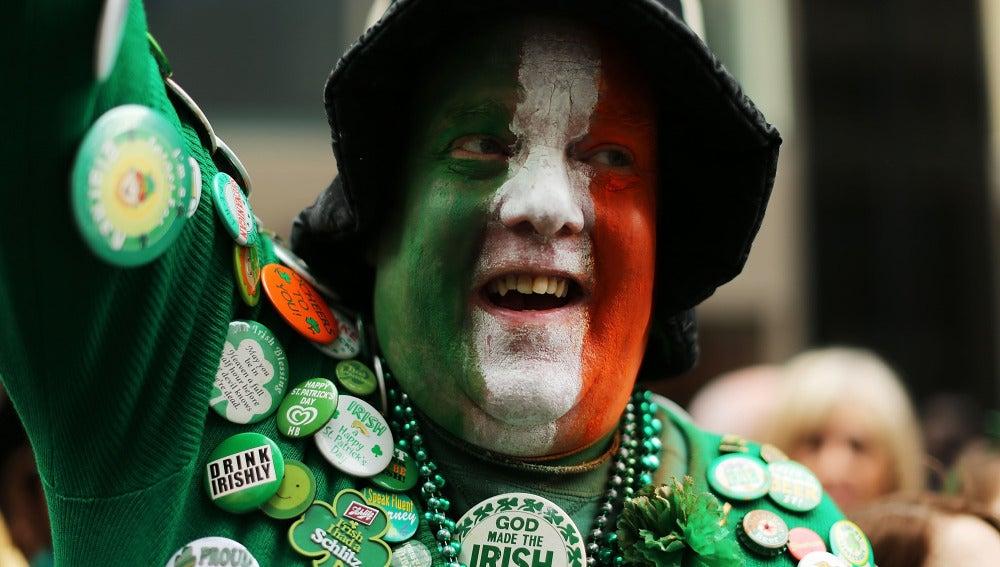 Un hombre celebrando San Patricio en Irlanda