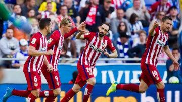 Los jugadores del Atlético de Madrid celebran el gol de Fernando Torres contra el Espanyol