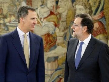 El rey Felipe VI con el presidente del Gobierno en funciones, Mariano Rajoy