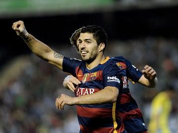 Luis Suárez celebra su gol ante el Betis