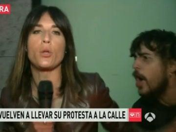 Una periodista de Antena 3, hostigada por uno de los 'okupas' que este martes han vuelto a manifestarse en Barcelona