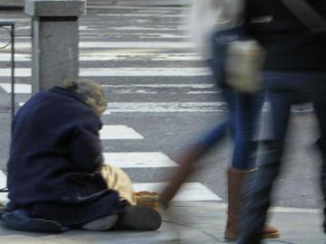 Un mendigo pide limosna