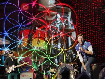 Coldplay llena de energía Barcelona en un concierto colorista