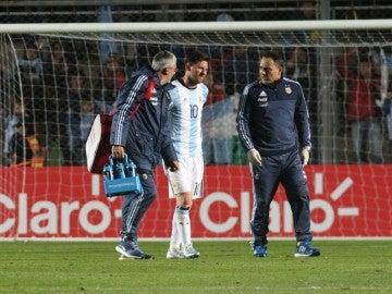 Messi se retira lesionado con Argentina