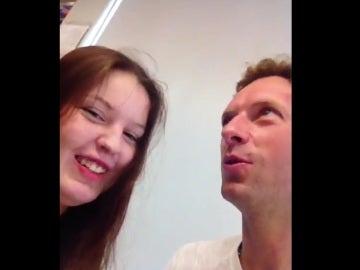 El gesto de Coldplay en Barcelona: Chris Martin visita a una fan en el hospital y le regala una entrada