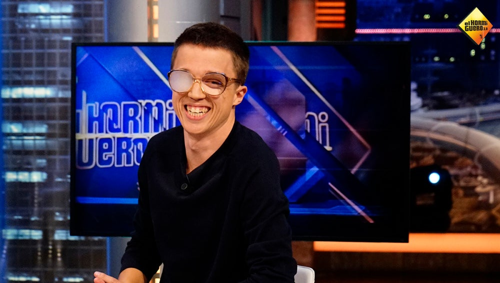 Íñigo Errejón prueba suerte como modelo de gafas