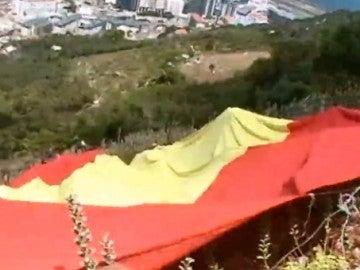 Bandera española de 18 metros desplegada por miembros de Vox