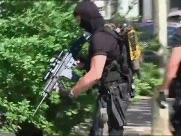 Frame 38.723736 de: Abatido un hombre armado que se atrincheró en un cine de Viernheim, en Alemania, causando al menos cuatro heridos