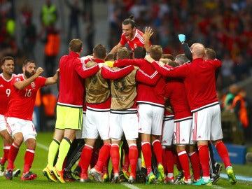 Los jugadores de Gales celebran el gol de Robson-Kanu