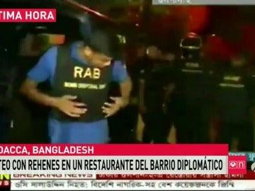 Un policía muerto y al menos 20 rehenes en el asalto a un restaurante de comida española en Bangladesh