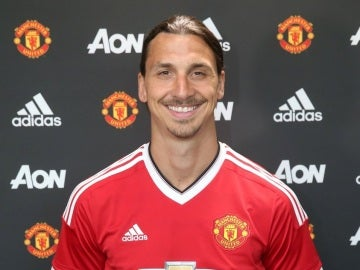 Zlatan Ibrahimovic posa con la camiseta del Manchester United