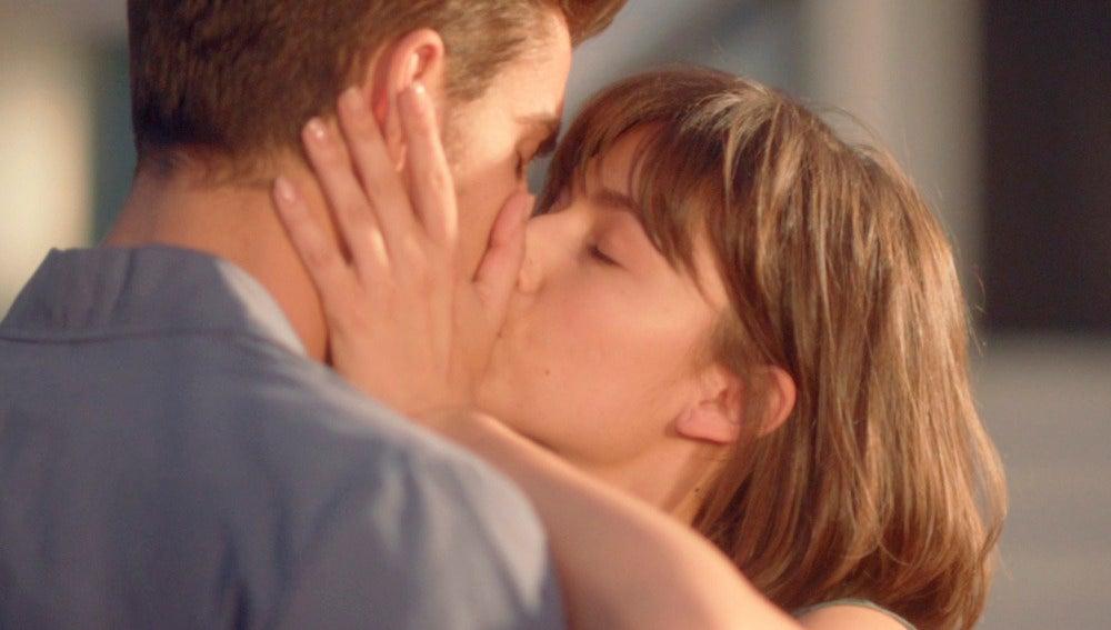 Ester besa a Roberto delante de Carlos