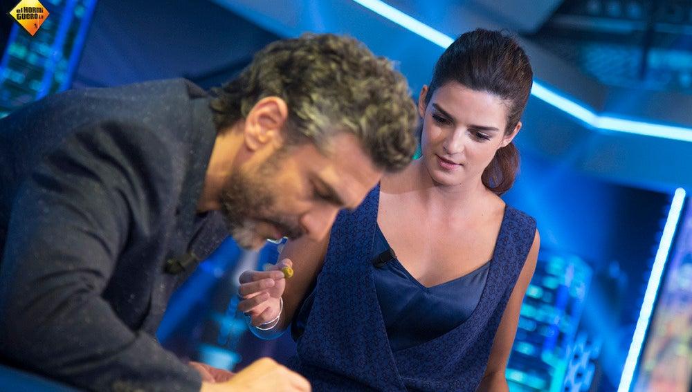 Clara Lago y Leonardo Sbaraglia nos enseñan a hacer malabares con aceitunas
