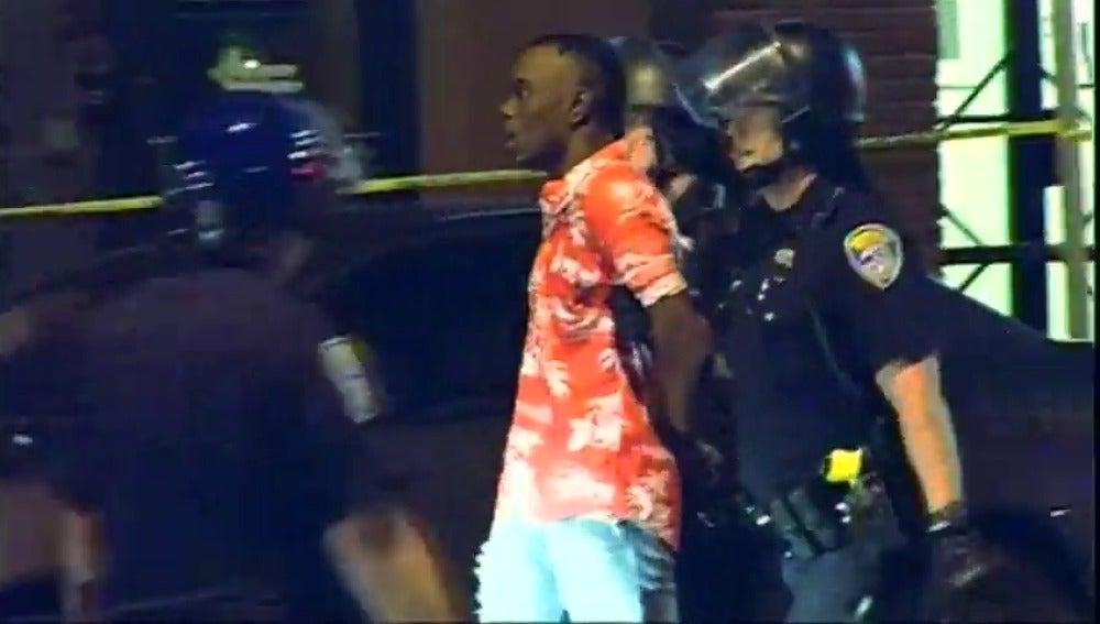 Frame 53.137381 de: Al menos 48 detenidos en Baton Rouge en una nueva jornada de protestas contra la violencia policial
