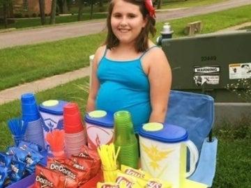 Una niña monta su tienda en una poképarada y gana 200$ al día