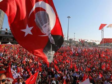 Una masiva manifestación de la oposición turca pide laicismo y condena el intento de golpe de Estado
