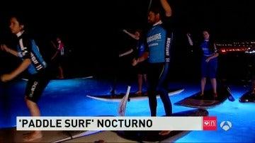 Paddle surf nocturno, lo último en actividades de agua para los que buscan luces y agua