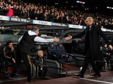 Mourinho y Guardiola dándose la mano en la final de la Copa del Rey de 2012
