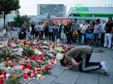 Un joven se lamenta del tiroteo en el lugar del homenaje