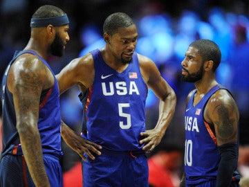 Kevin Durant conversa con DeMarcus Cousins y Kyrie Irving