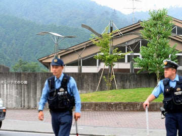 Agentes de policía frente al centro de minusválidos