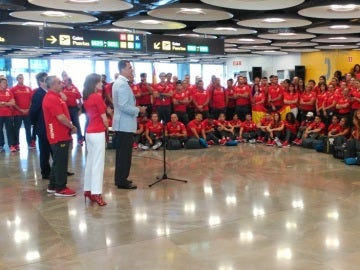 Felipe VI da un discurso ante los atletas españoles en Barajas