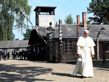 El Papa reza en la celda de Auschwitz donde fue asesinado por los nazis un cura polaco