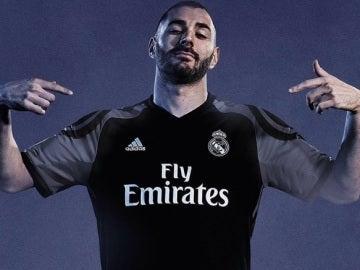 Benzema presenta la tercera equipación del Real Madrid