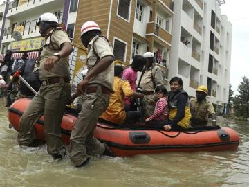 Trasladan a los afectados por las inundaciones en la India