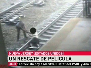 Un policía salva la vida en el último momento a un hombre que quería suicidarse en las vías del tren
