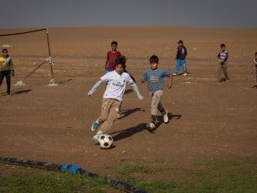 Niños jugando a fútbol en un campo de refugiados del norte de Irak
