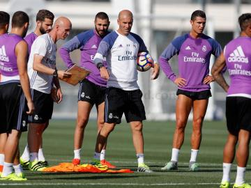 Zidane da instrucciones en el entrenamiento del Real Madrid