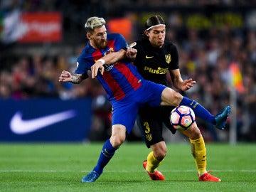 Messi y Filipe Luis luchan por el balón